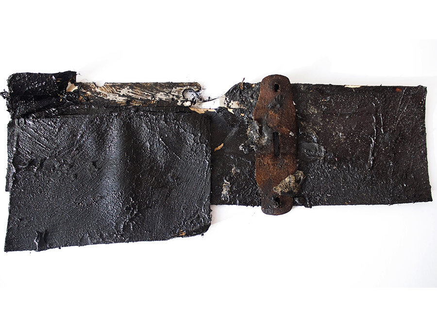 Ohne Titel | 31 x 13 cm | Pape, Metallbügel, Leder, Farbe | 2019